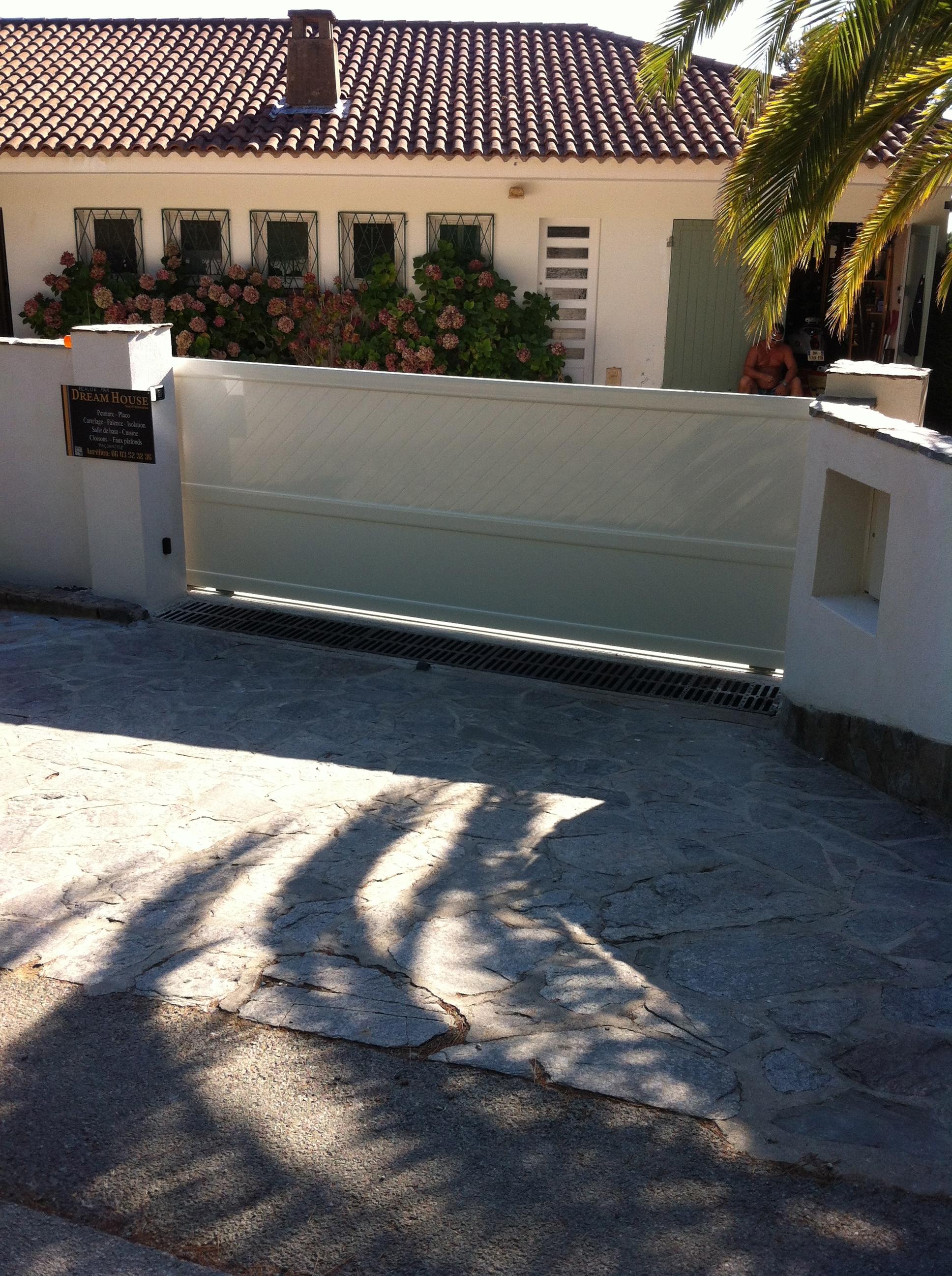 Construction portail coulissant r novation entr e de for Barriere mur de cloture